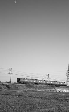 刈谷・下り松川付近を行く名鉄電車