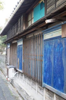 三谷・青い戸袋の家