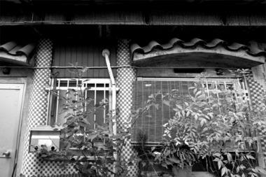 東京鳩の街扉が二つある家