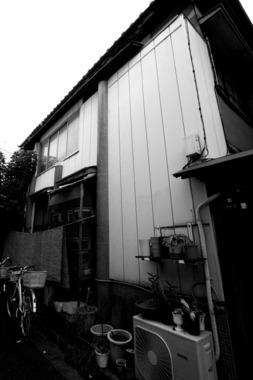 東京鳩の街青い柱のある家